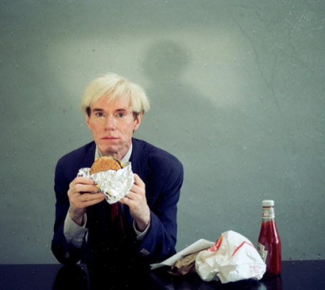 Warhol degustando um Whooper do Burger King